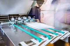 Impresión plegable de papel de la alimentación de la salida de la banda transportadora de rodillos de la máquina foto de archivo