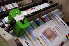 Impresión ULTRAVIOLETA de la prensa del flexo Imágenes de archivo libres de regalías