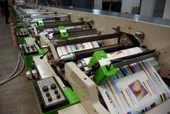 Impresión ULTRAVIOLETA de la prensa del flexo Imagen de archivo
