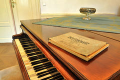 ? impresión vieja musical de la notación?? cercana para arriba de música de hoja con la iluminación caliente Fotografía de archivo libre de regalías