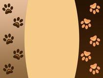 Impresiones animales de la pata en fondo marrón Imagenes de archivo