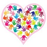 Impresiones de la mano de los niños en el corazón ilustración del vector