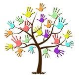 Impresiones de la mano de los niños unidas en árbol Imagen de archivo