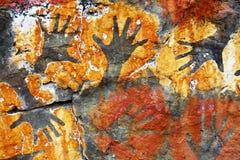 Impresiones de la mano en hormigón como fondo Imagenes de archivo
