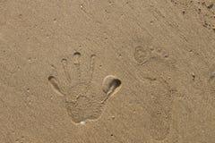 Impresiones de la mano en la arena Imágenes de archivo libres de regalías