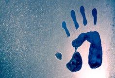 Impresiones de la mano en una ventana congelada imágenes de archivo libres de regalías