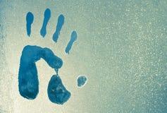 Impresiones de la mano en una ventana congelada imagenes de archivo