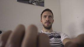 Impresiones del hombre en el ordenador Trabajo de oficina almacen de metraje de vídeo