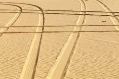 Impresiones del neumático en el desierto Fotos de archivo