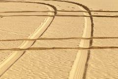 Impresiones del neumático en el desierto Fotografía de archivo libre de regalías