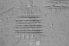 Impresiones del neumático en la carretera de asfalto agrietada vieja Foto de archivo