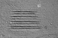 Impresiones del neumático en la carretera de asfalto agrietada vieja Imagenes de archivo