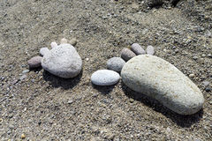 Impresiones del pie de piedras en la playa Lesvos imagen de archivo libre de regalías