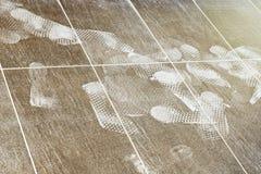 Impresiones del pie en el piso tejado Fotos de archivo libres de regalías
