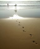 Impresiones del pie en la arena Fotos de archivo