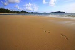 Impresiones del pie en la arena Imagen de archivo libre de regalías