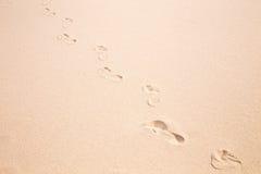 Impresiones del pie en la arena Foto de archivo
