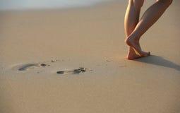 Impresiones del pie en la playa Imagen de archivo