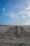 Impresiones del pie en la playa Fotos de archivo libres de regalías