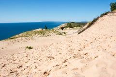 Impresiones del pie en las dunas de arena Fotos de archivo libres de regalías