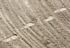 Impresiones y arena del pie imágenes de archivo libres de regalías