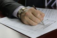 Impreso firmado mano de impuesto fotos de archivo
