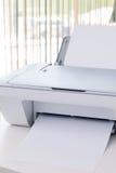 Impresora blanca en el escritorio en oficina Fotos de archivo