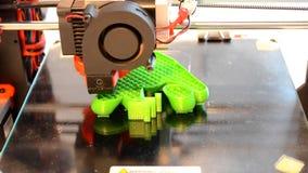 Impresora de la impresión 3D en el primer superficial de cristal negro almacen de metraje de vídeo