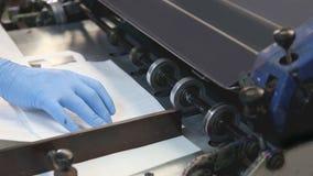 Impresora de la superficie de la prensa de Flexo en una fábrica del flexography de la impresión almacen de metraje de vídeo