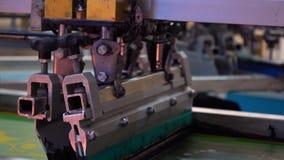 Impresora industrial de la pantalla de seda en la acción almacen de metraje de vídeo