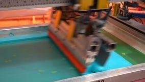 Impresora industrial de la pantalla de seda en la acción almacen de video