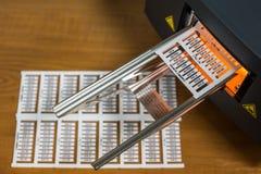Impresora laser para las escrituras de la etiqueta del cable imagen de archivo libre de regalías
