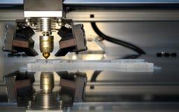 Impresora que imprime objetos grises en el primer superficial reflexivo del espejo imagenes de archivo