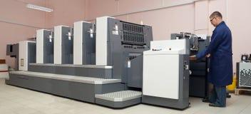 Impresora que trabaja en la máquina del desplazamiento Imagen de archivo libre de regalías