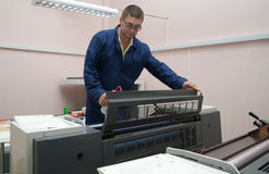 Impresora que trabaja en la máquina del desplazamiento Foto de archivo libre de regalías