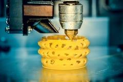 a impressão da impressora 3d objeta o close up amarelo do formulário Foto de Stock