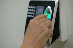impressão digital da exploração da mão na máquina do controle de acesso trabalho da hora fotografia de stock royalty free