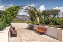 Impressão do jardim da cidade situado no porto do francês fotos de stock