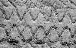Impressão do pneumático do caminhão na superfície da areia em preto e branco Fotografia de Stock