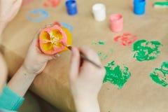 Impressão vegetal praticando do rapaz pequeno imagens de stock