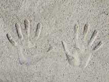 Impressões das palmas das mãos na superfície do muro de cimento fotos de stock royalty free