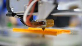 Impression avec le filament en plastique de fil sur l'imprimante 3D L'imprimante 3d tridimensionnelle automatique effectue la cré
