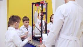 impression 3D et éducation moderne du ` s d'enfants banque de vidéos