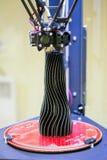 Impression d'un objet noir sous forme de vase 3d avec une imprimante Photographie stock