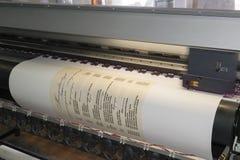Impression d'une affiche de menu par l'imprimante à jet d'encre Photographie stock libre de droits