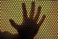 Impression de main dans le réseau en métal Photo stock