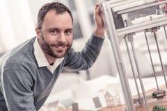Impression de sourire d'homme quelque chose sur l'imprimante 3D photographie stock
