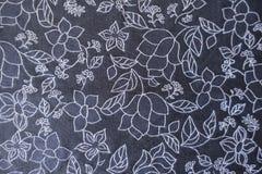 Impression florale blanche sur le tissu bleu-foncé d'en haut images stock