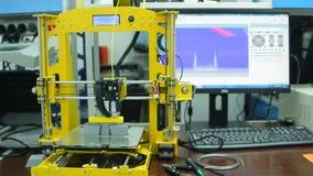 Impression sur une disposition d'imprimante 3D plan global banque de vidéos