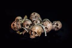 Impressionantes, pilha do crânio e osso, no fundo preto, Foto de Stock